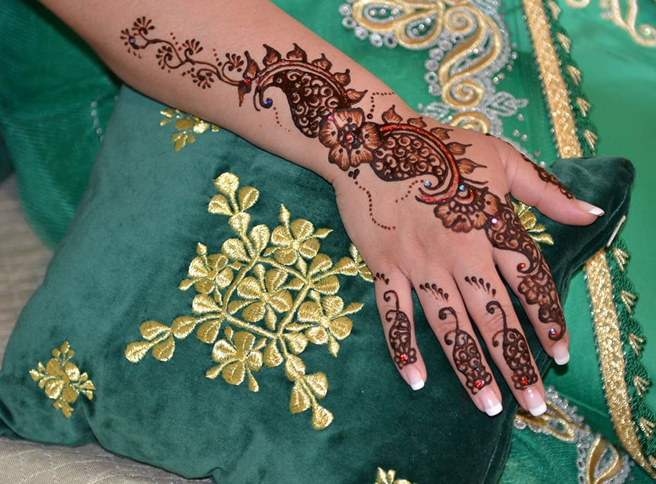 Henna Tattoo How Long Does It Last : Trying to make your henna tattoo last longer can badly damage